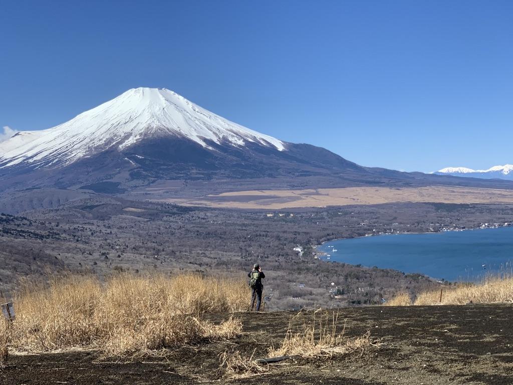 鉄砲木ノ頭(明神山)のトレイルから山中湖を見下ろす
